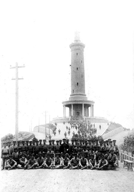 Japanese_soldiers_at_the_monument_on_Bayushan_Mountain.jpg