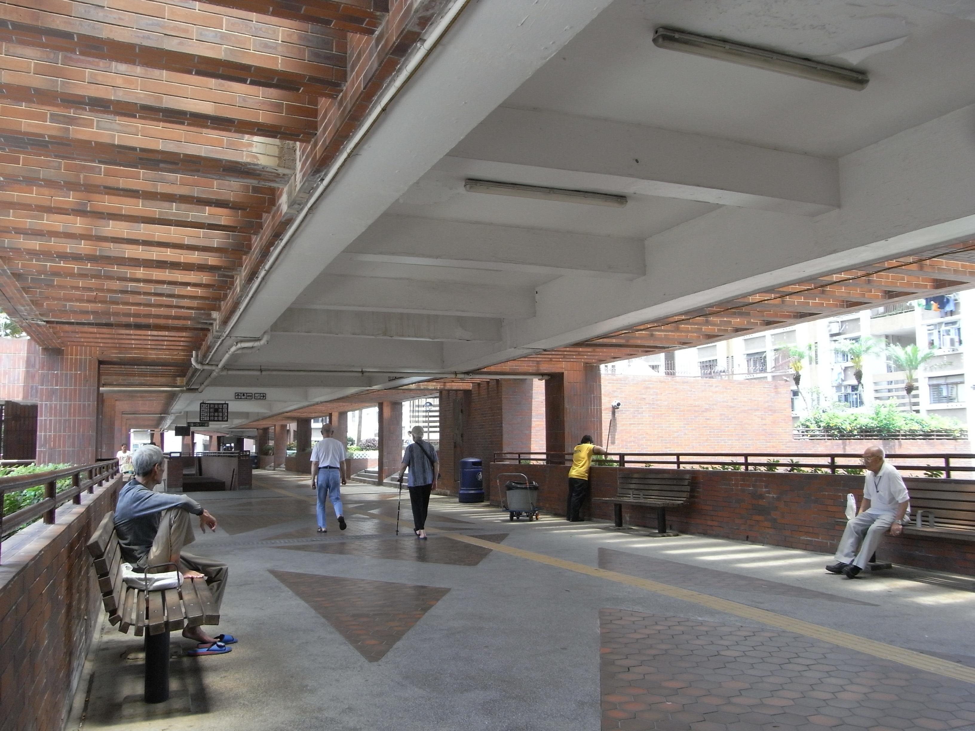 File:HK ALC 鴨脷洲 利東邨 Lei Tung Estate podium footbridge interior visitors.jpg