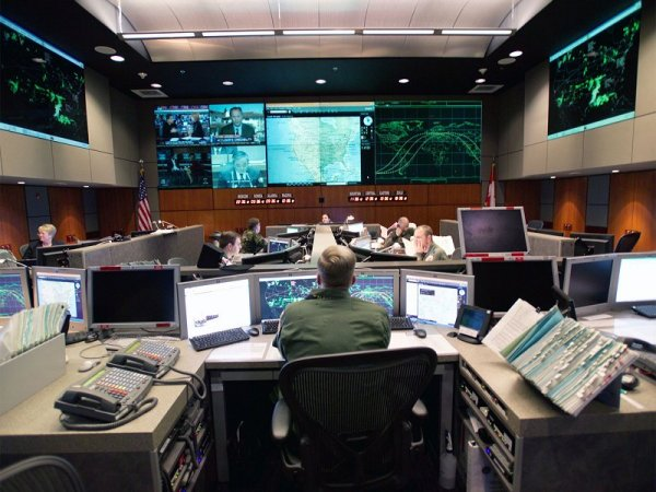 https://i0.wp.com/upload.wikimedia.org/wikipedia/commons/3/37/Norad-control-center.jpg?resize=600%2C450&ssl=1