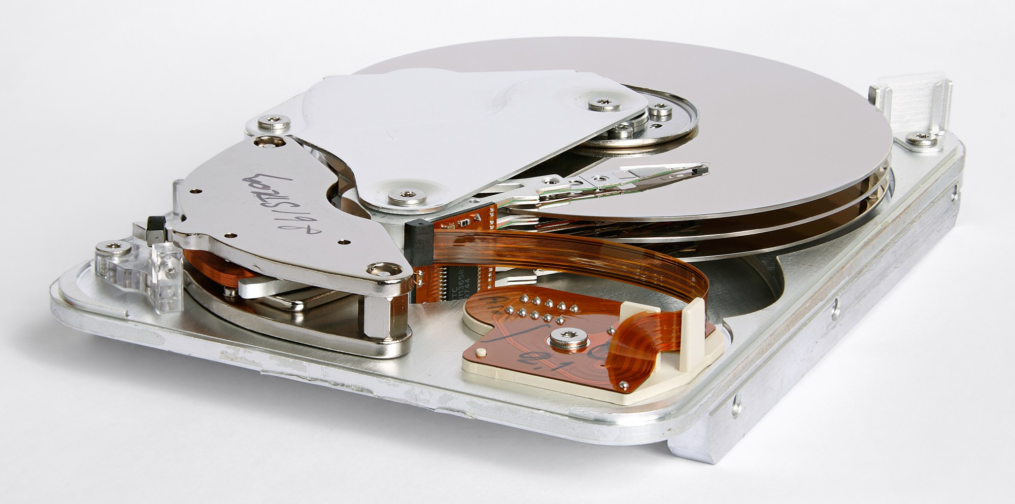 hight resolution of inner view of a 1998 seagate hdd that used parallel ata interface