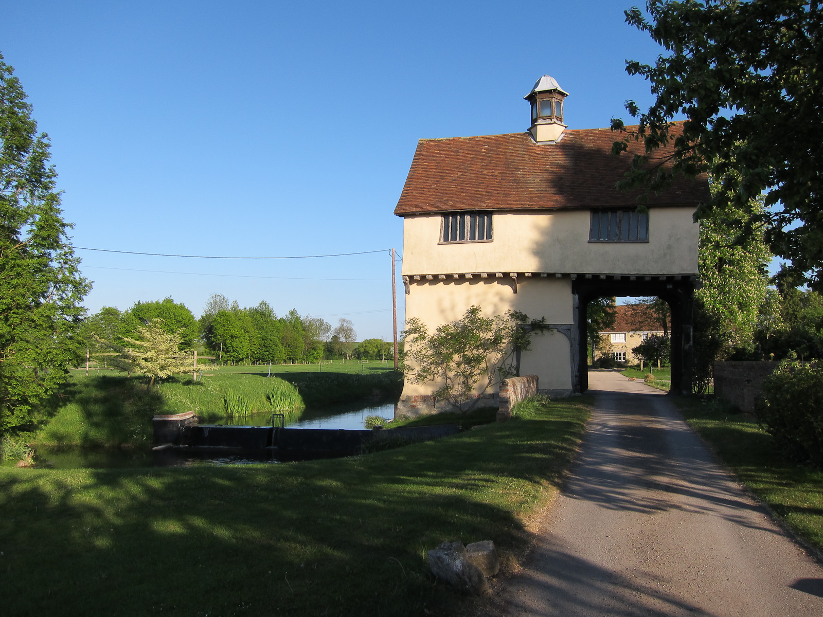 File:Down Hall farm gatehouse-geograph.org.uk-2558541.jpg
