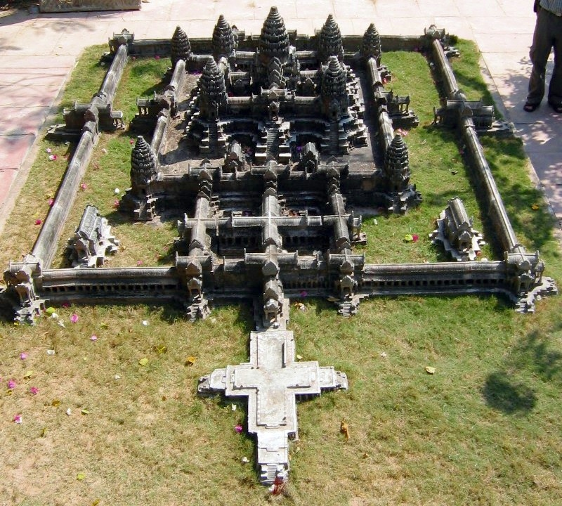 https://i0.wp.com/upload.wikimedia.org/wikipedia/commons/3/3d/Angkor-wat-central.jpg