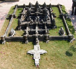 https://i0.wp.com/upload.wikimedia.org/wikipedia/commons/3/3d/Angkor-wat-central.jpg?resize=258%2C233