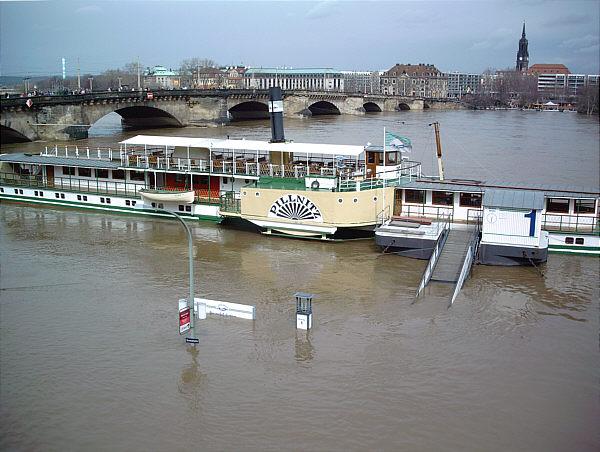 Raddampfer PD Pillnitz der Weißen Flotte beim Elbhochwasser 2006 in Dresden Altstadt