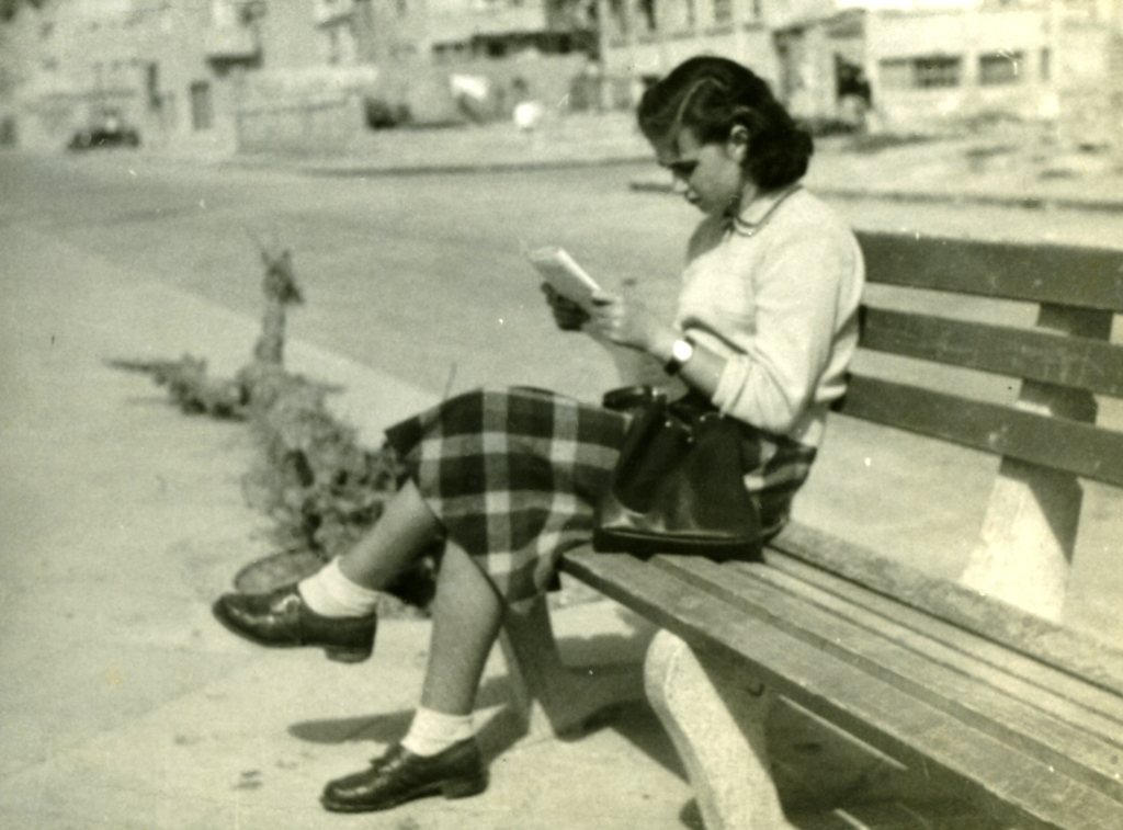 English: A girl on the bench in Tel Aviv עברית...