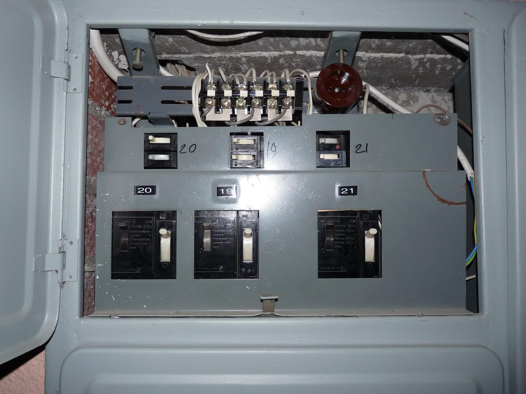 hight resolution of file liikuri 16 old circuit breakers in fuse box jpg wikimedia old electrical fuse old circuit