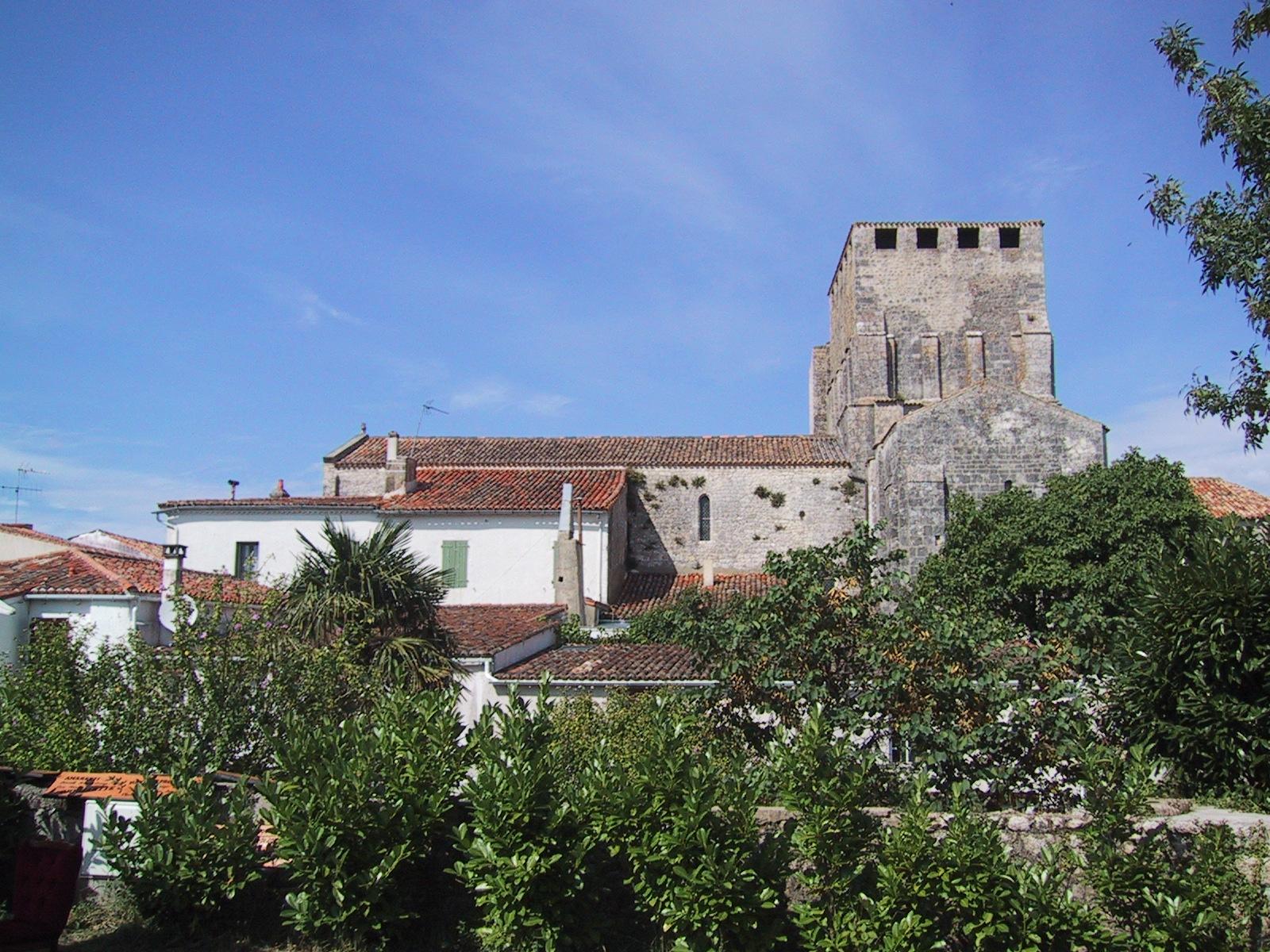 """Mornac-sur-Seudre, Charente-maritime (17), Poitou-Charentes, France. Classé parmi les """" Plus Beaux Villages de France """". Eglise Saint Pierre, église fortifiée du XIe siècle. CC-BY-SA  Salix"""