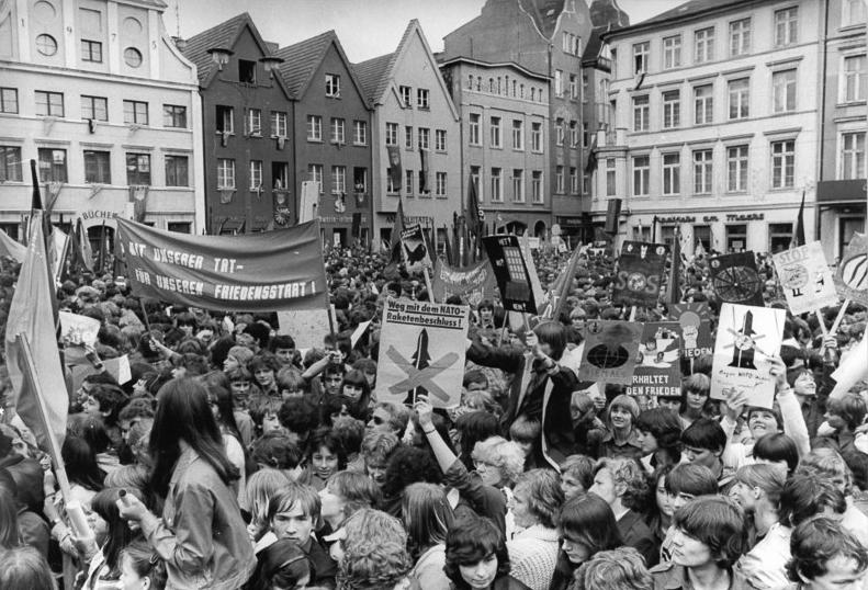 File:Bundesarchiv Bild 183-1982-0529-012, Schwerin, Pfingsttreffen der Jugend.jpg