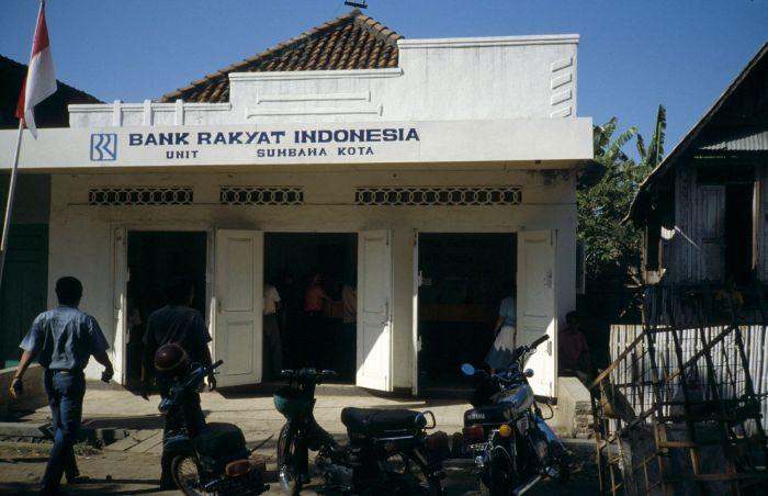 Berkas:COLLECTIE TROPENMUSEUM Kantoor van de Bank Rakyat Indonesia TMnr 20017997.jpg