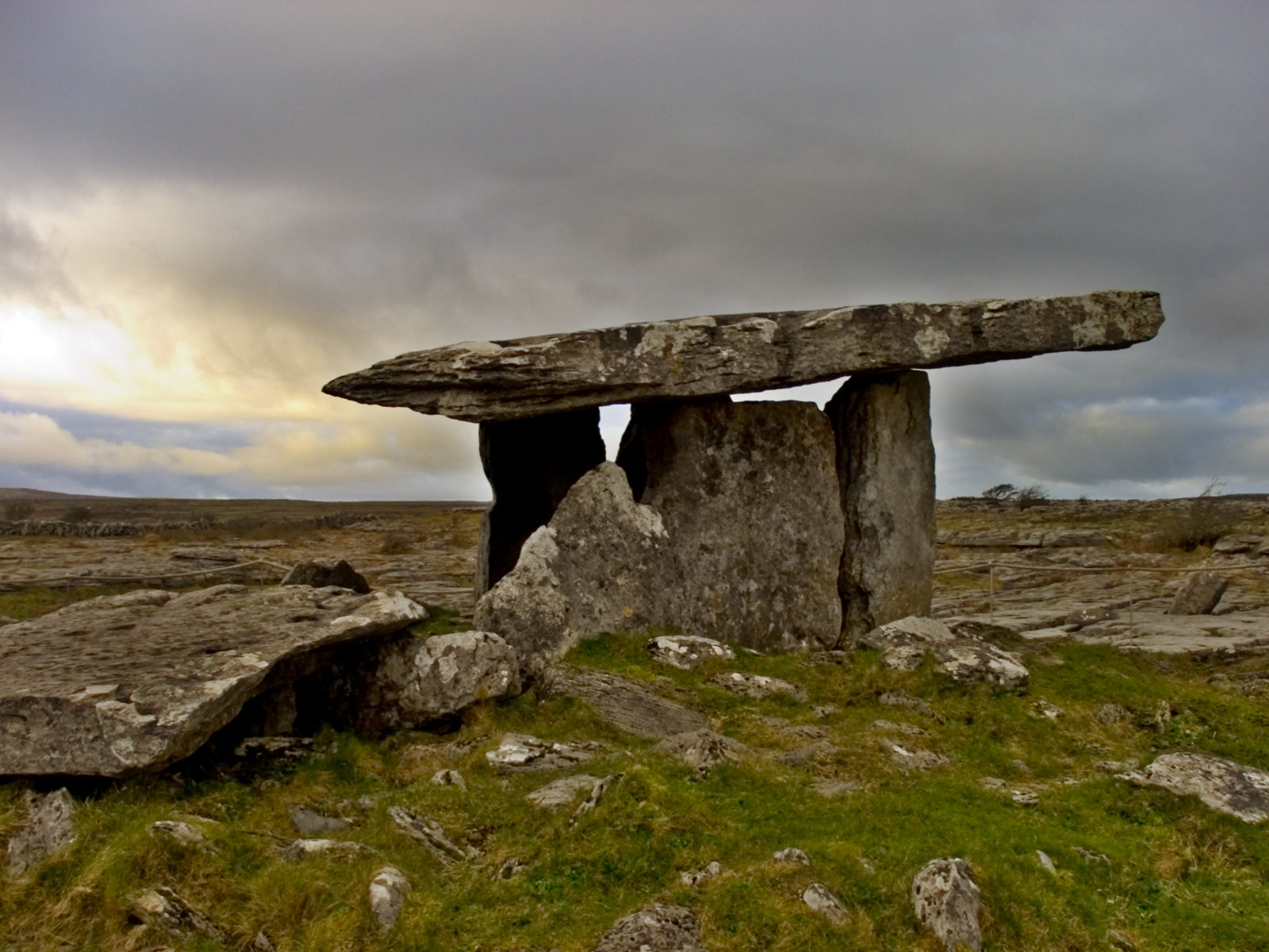 English: Poulnabrone dolmen, the Burren, Co Clare.