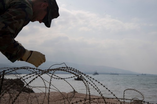 small resolution of file us navy 100204 n 1134l 109 steelworker 3rd class george sherer assigned to amphibious construction battalion acb 2 installs razor wire around the