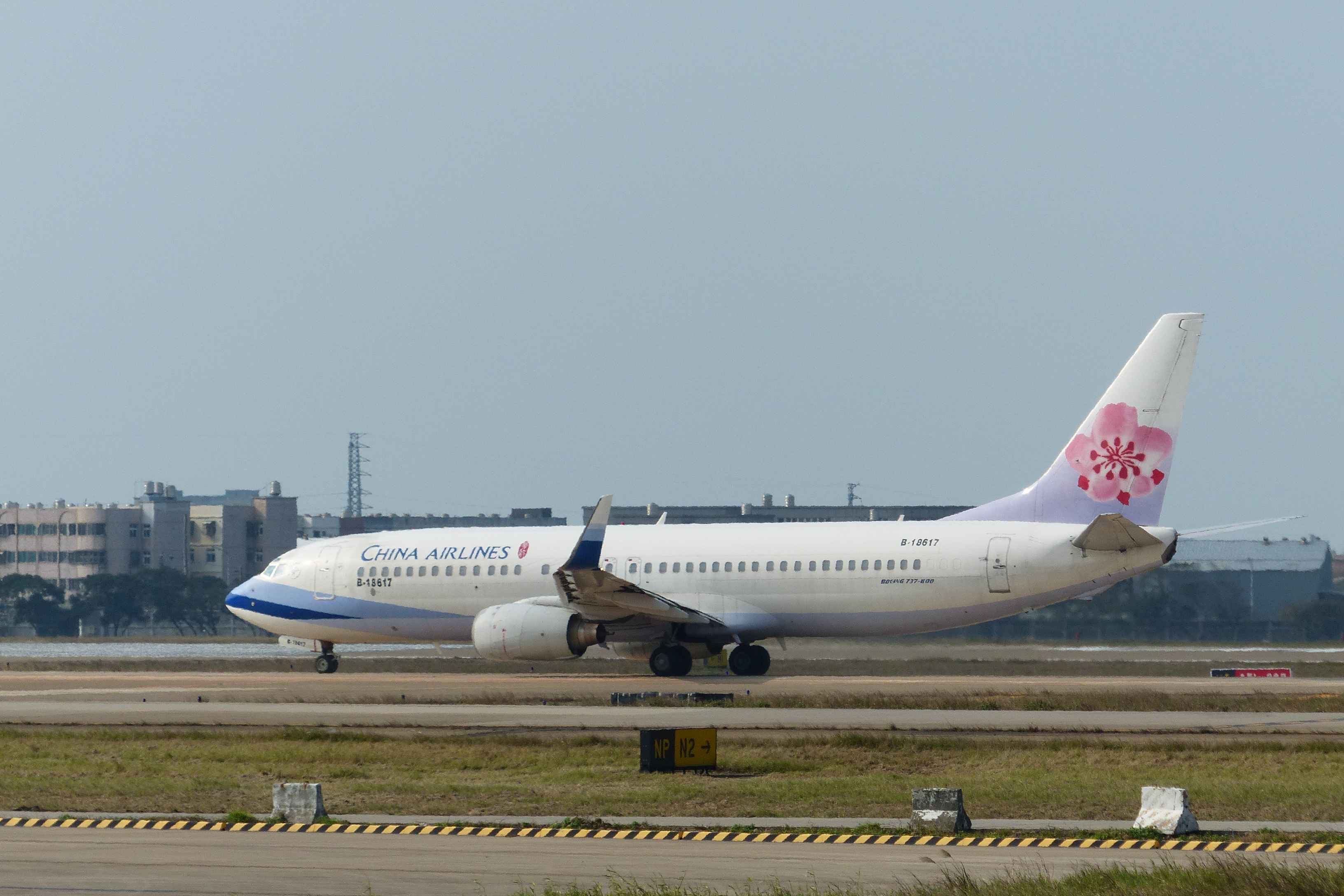 File:China Airlines Boeing 737-800 B-18617 Taxiing at Taoyuan International Airport 20131231.jpg - Wikimedia Commons