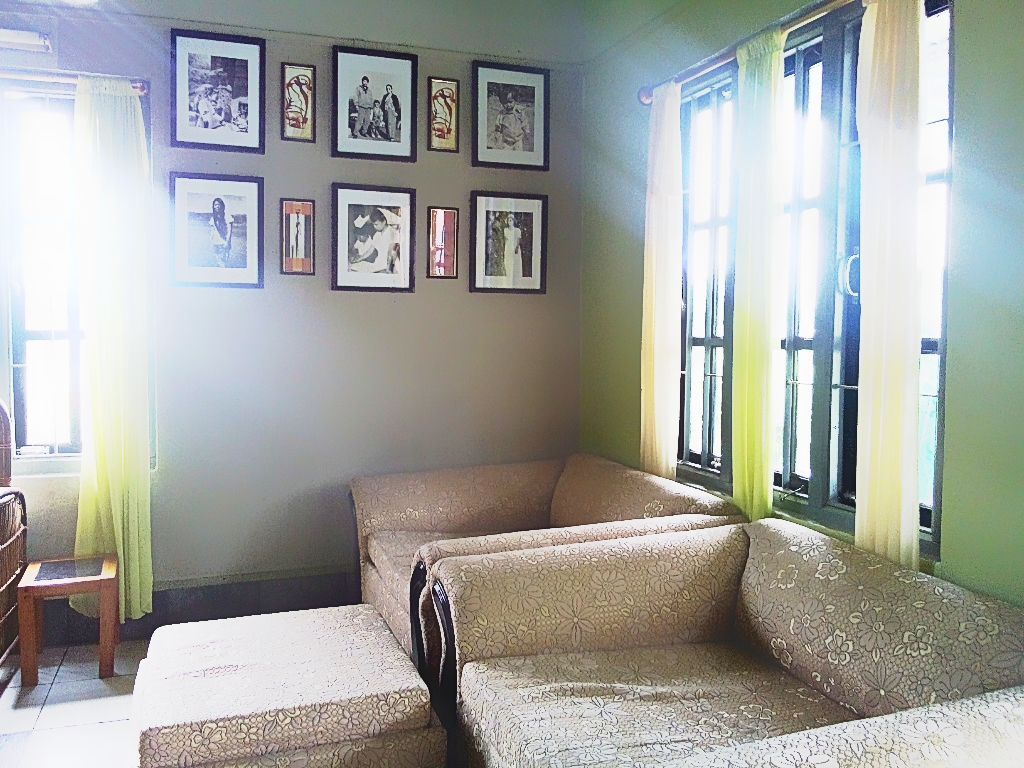 frames for living room walls color ideas uk file wall arrangement idea jpg wikimedia commons