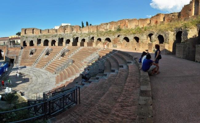 File Cavea Del Teatro Romano Di Benevento Jpg Wikimedia