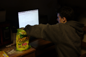English: College student studies while eating ...