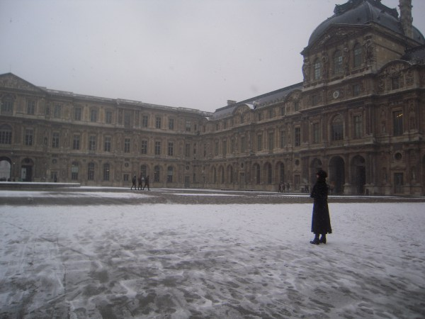 File Louvre Courtyard - Wikimedia Commons