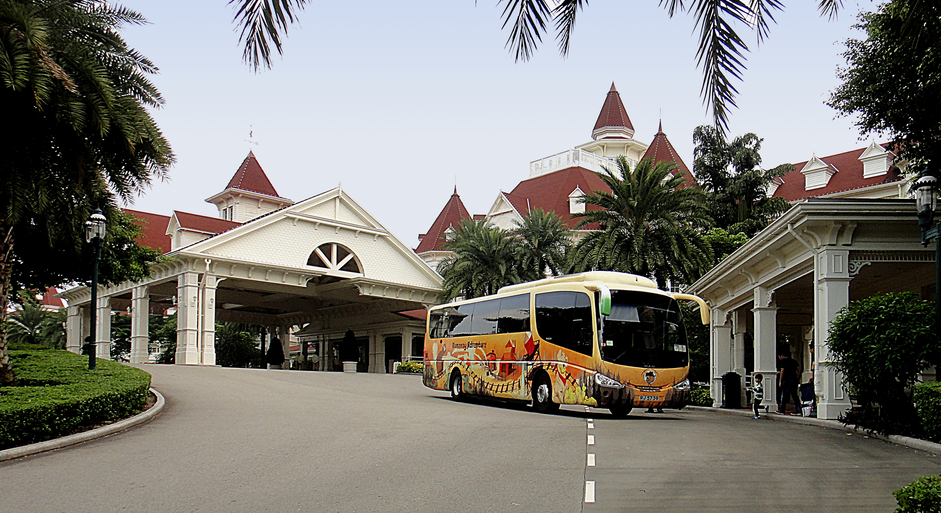 File:Front view of Disneyland Hotel, HK.JPG - Wikimedia Commons