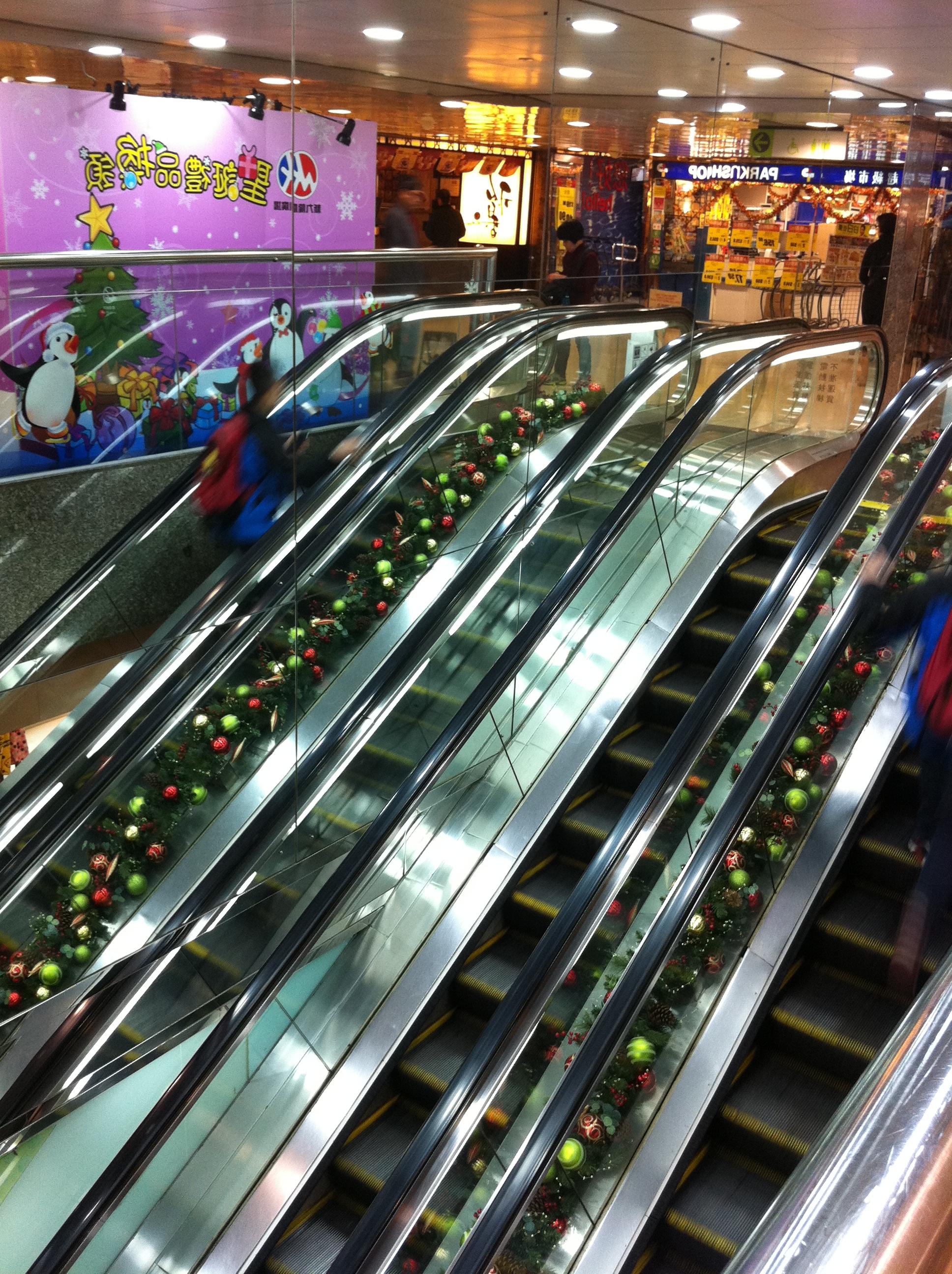 File:HK Tai Kok Tsui evening 新九龍廣場 New Kowloon Plaza upper escalators Dec-2012.JPG - Wikimedia Commons