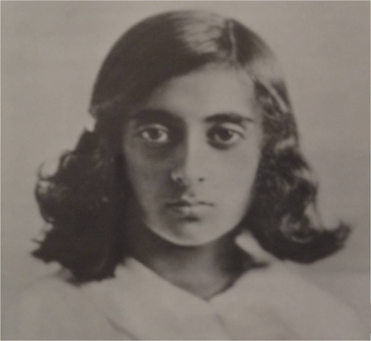 https://i0.wp.com/upload.wikimedia.org/wikipedia/commons/4/4e/IndiraGandhi-Young.jpg
