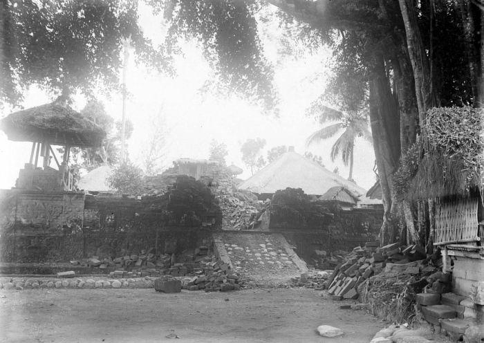https://i0.wp.com/upload.wikimedia.org/wikipedia/commons/4/4f/COLLECTIE_TROPENMUSEUM_Ingestorte_bouwwerken_na_de_aardbeving_op_Bali_van_1917_TMnr_10004137.jpg