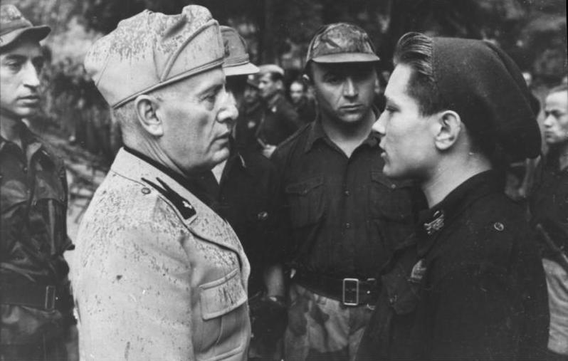 File:Bundesarchiv Bild 101I-316-1181-11, Italien, Benito Mussolini mit italienischen Soldaten.jpg