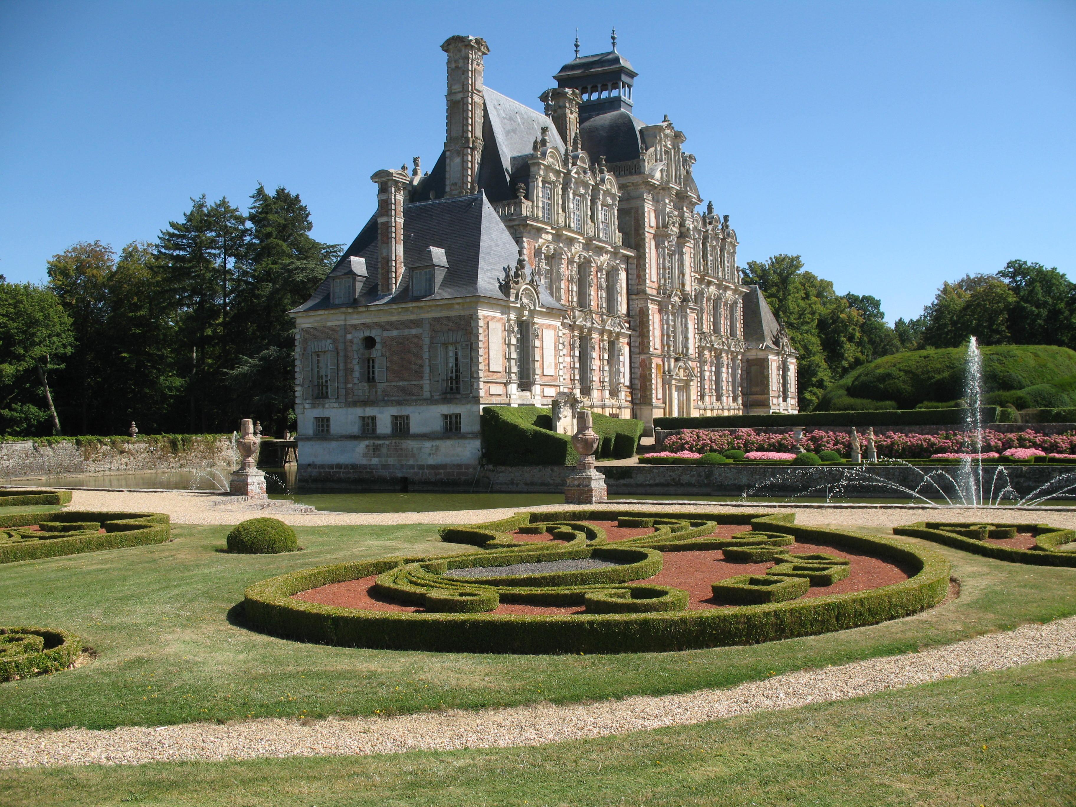 Halbmondgarten, dahinter Garten der vier Jahreszeiten, Foto von PHILDIC, Lizenz: public domain/gemeinfrei