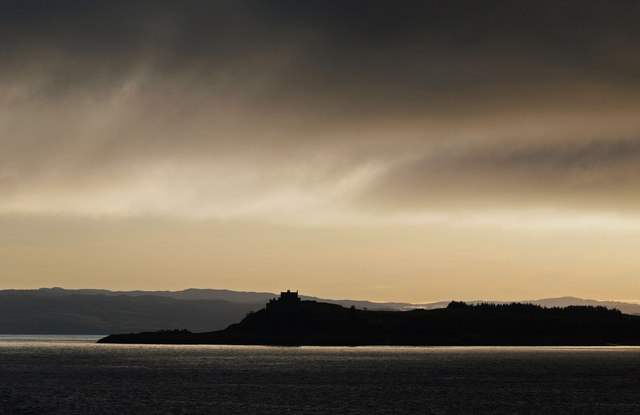 English: Duart Castle Seen in dramatic silhoue...