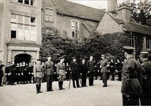 1942-Septembre-General-de-Gaulle-remet-la-Croix-de-la-Liberation-a-Pierre-Brossolette-4