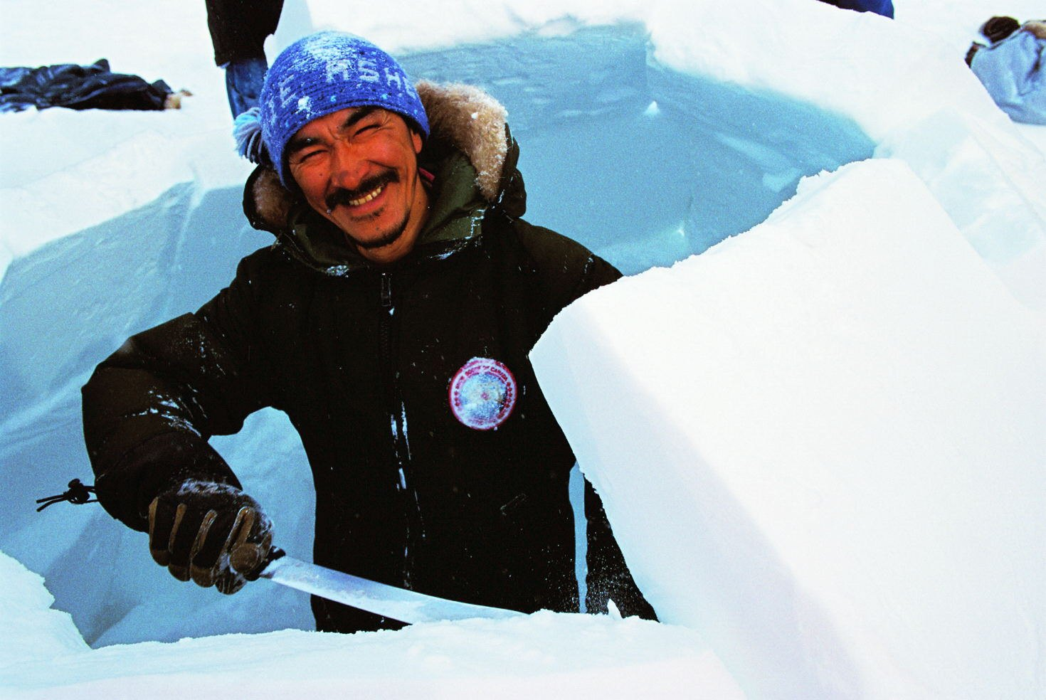 Building an iglu in Cape Dorset (southern regi...