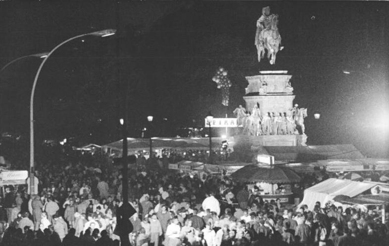 File:Bundesarchiv Bild 183-1990-1003-012, Berlin, Unter den Linden, Vereinigungsfeier.jpg