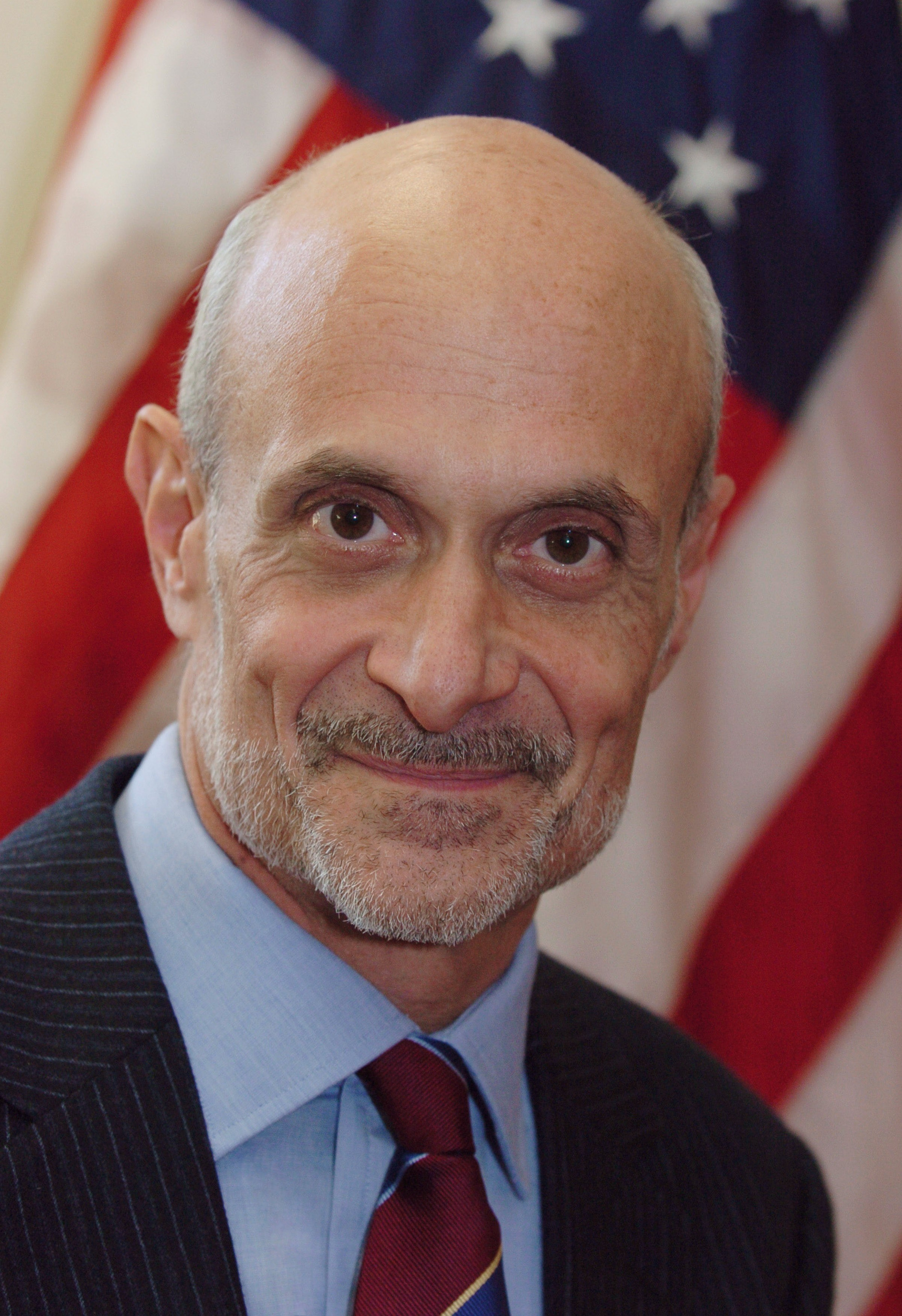 https://i0.wp.com/upload.wikimedia.org/wikipedia/commons/5/5d/Michael_Chertoff,_official_DHS_photo_portrait,_2005.jpg