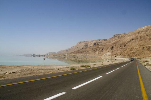 Jalan di tepi Laut Mati