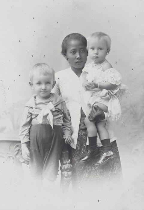 Zomaar een baboe, genaamd Minah, op een foto uit de collectie van het Tropenmuseum