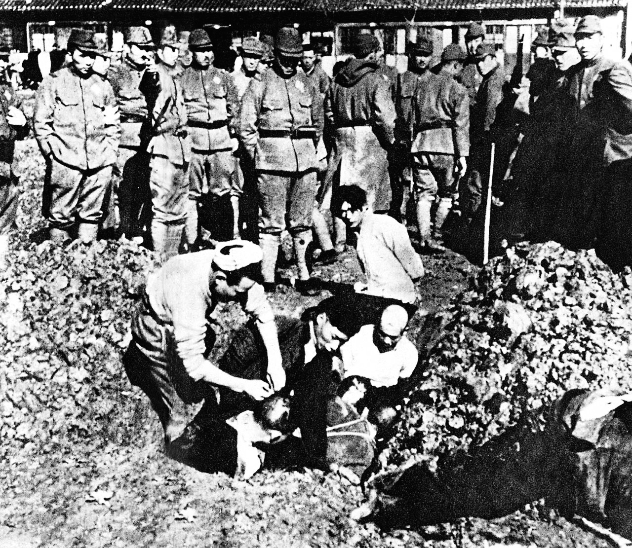 File:Chinese civilians to be buried alive.jpg