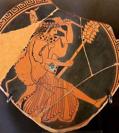 Baccante col caratteristico tirso ed un animale in spalla. Cratere attico a figure rosse, 480 a.C. circa