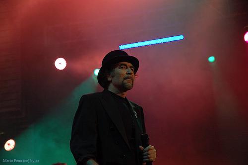 Joaquín Sabina en un concierto en 2006 - Wikimedia Commons