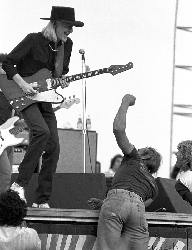 https://i0.wp.com/upload.wikimedia.org/wikipedia/commons/6/6a/Johnny_Winter_at_Woodstock_Reunion_1979.jpg