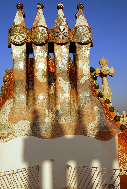 https://i0.wp.com/upload.wikimedia.org/wikipedia/commons/6/6d/Casa_batllo_chimney.jpg