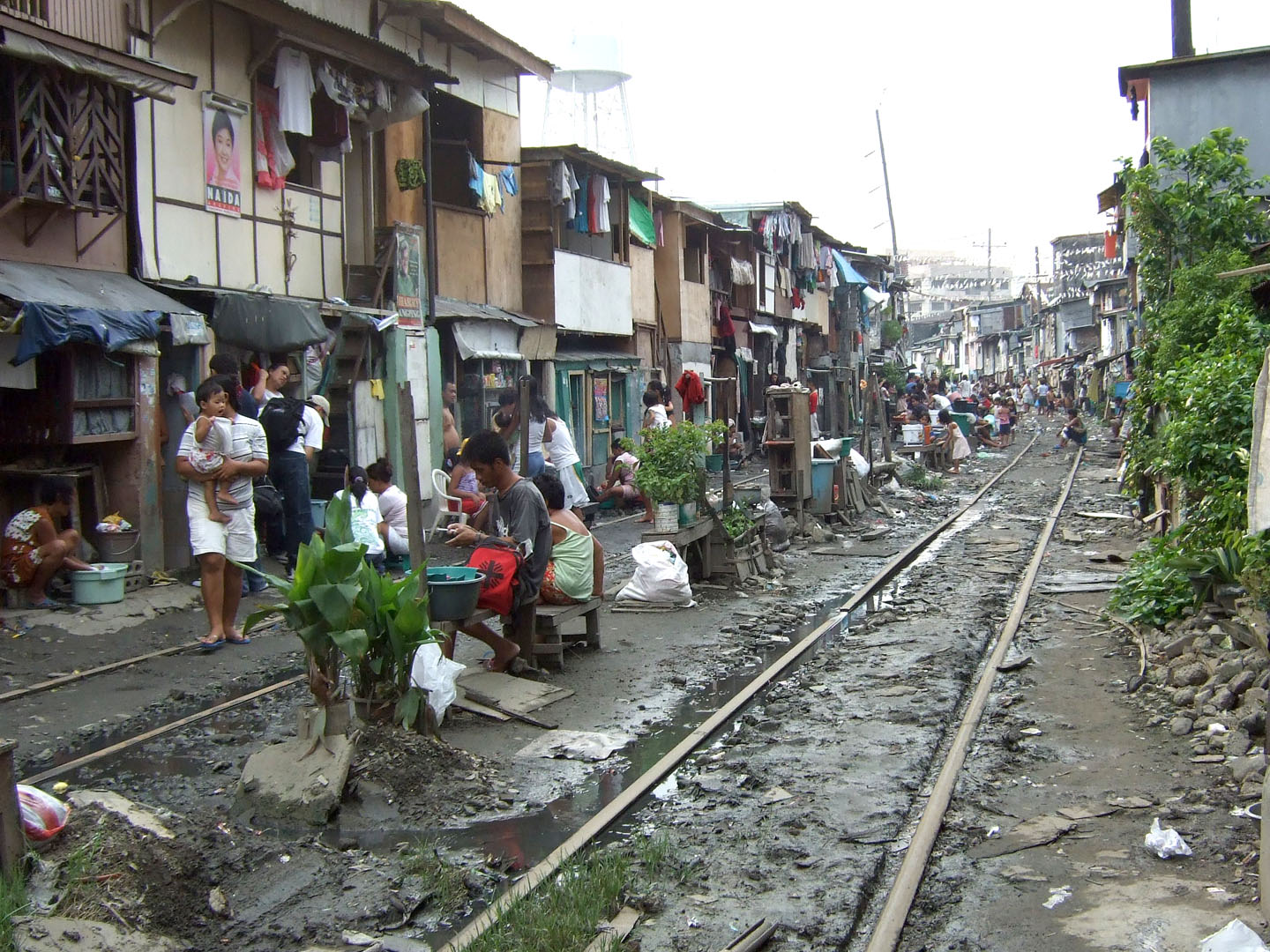 image of PNR lines, along Sta. Mesa area, before said lines were cleaned up