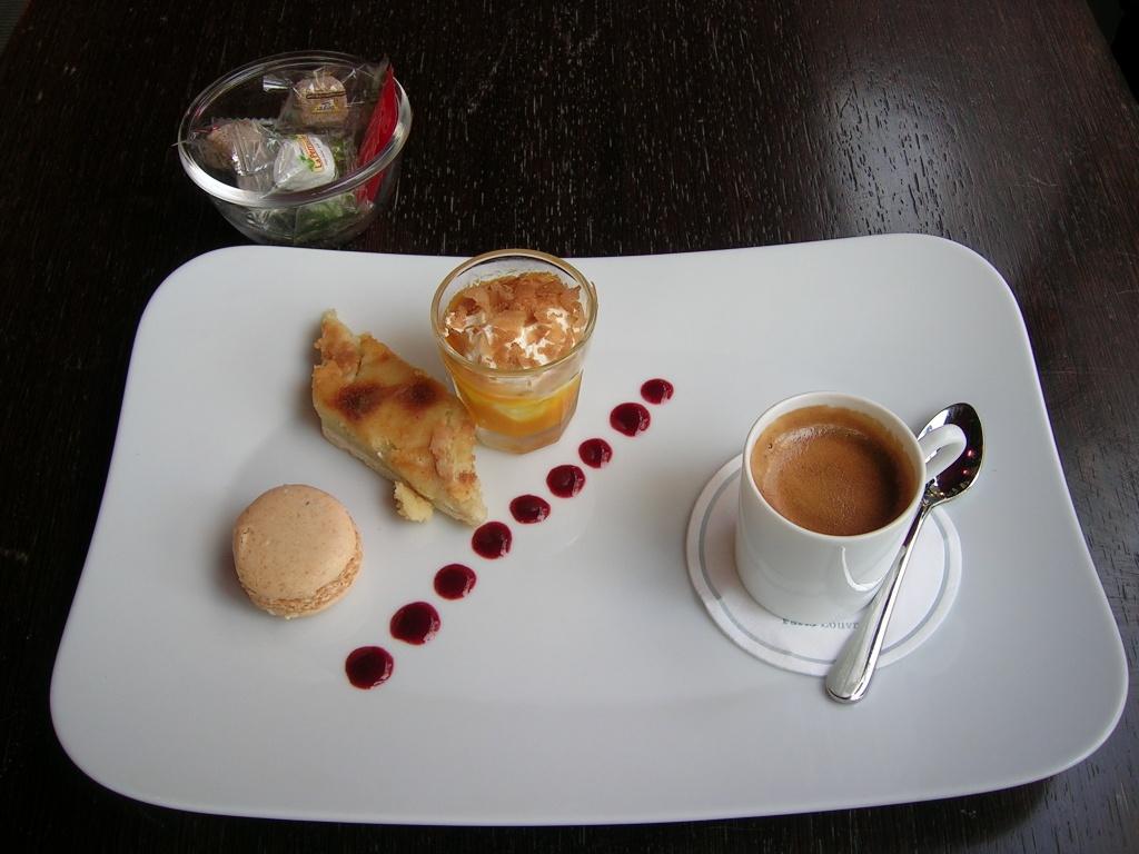 Espresso und kleiner Snack