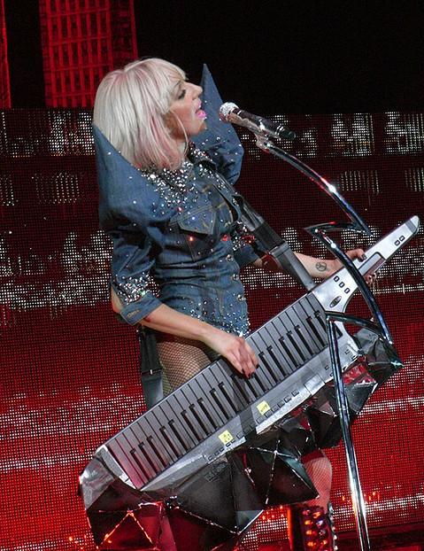 Леди Гага исполняет на клавитаре «Money Honey» в рамкахThe Fame Ball TourвЛондоне