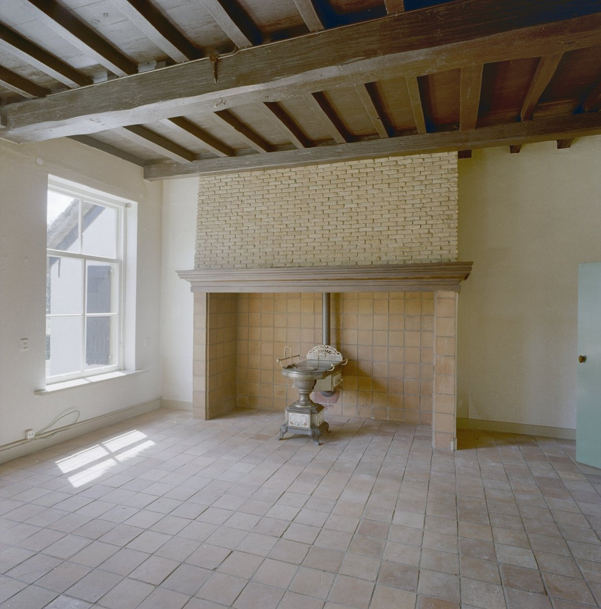 FileInterieur woonkamer met schouw en balkenplafond