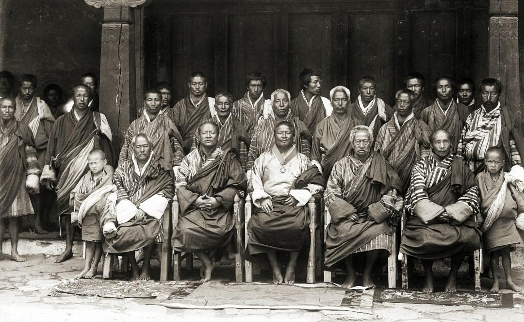 Đức Vua Ugyen Wangchuck cùng các thành viên Quốc hội vào năm 1905