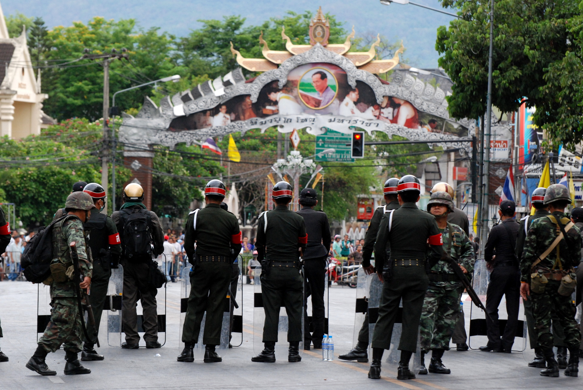 English: A line of army soldiers, and Thai Mil...