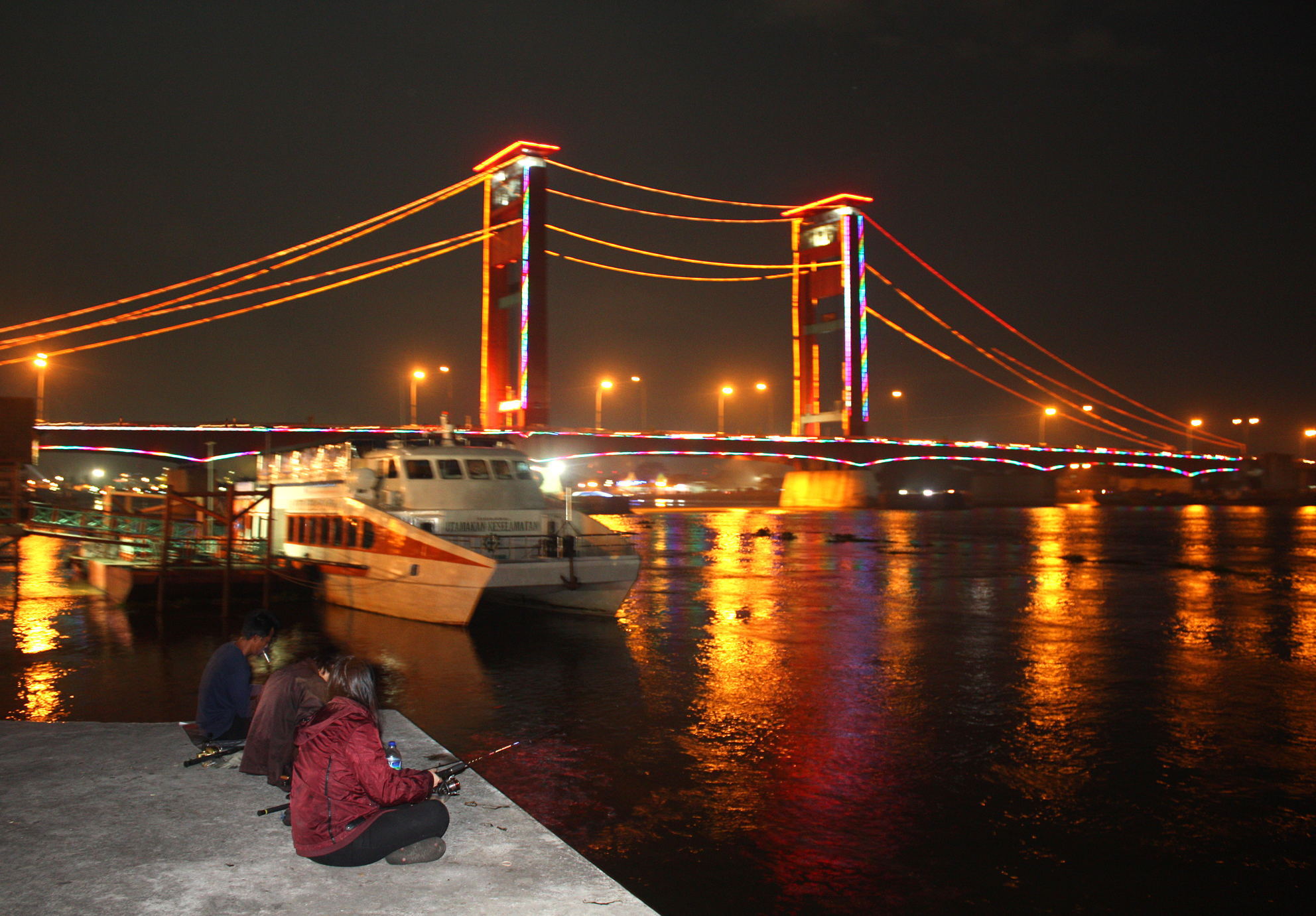 FileAmpera Bridge at Night Palembangjpg  Wikimedia Commons