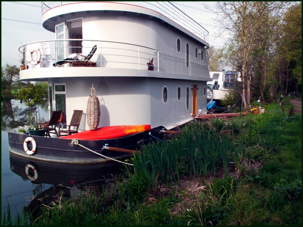 https://i0.wp.com/upload.wikimedia.org/wikipedia/commons/7/76/Double-decker%5E_Houseboat%2C_Thames%2C_Shepperton._-_panoramio.jpg?resize=604%2C453&ssl=1