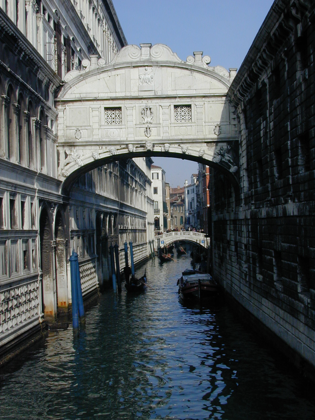 https://i0.wp.com/upload.wikimedia.org/wikipedia/commons/7/76/Venedig_Seufzerbr%C3%BCcke.jpg