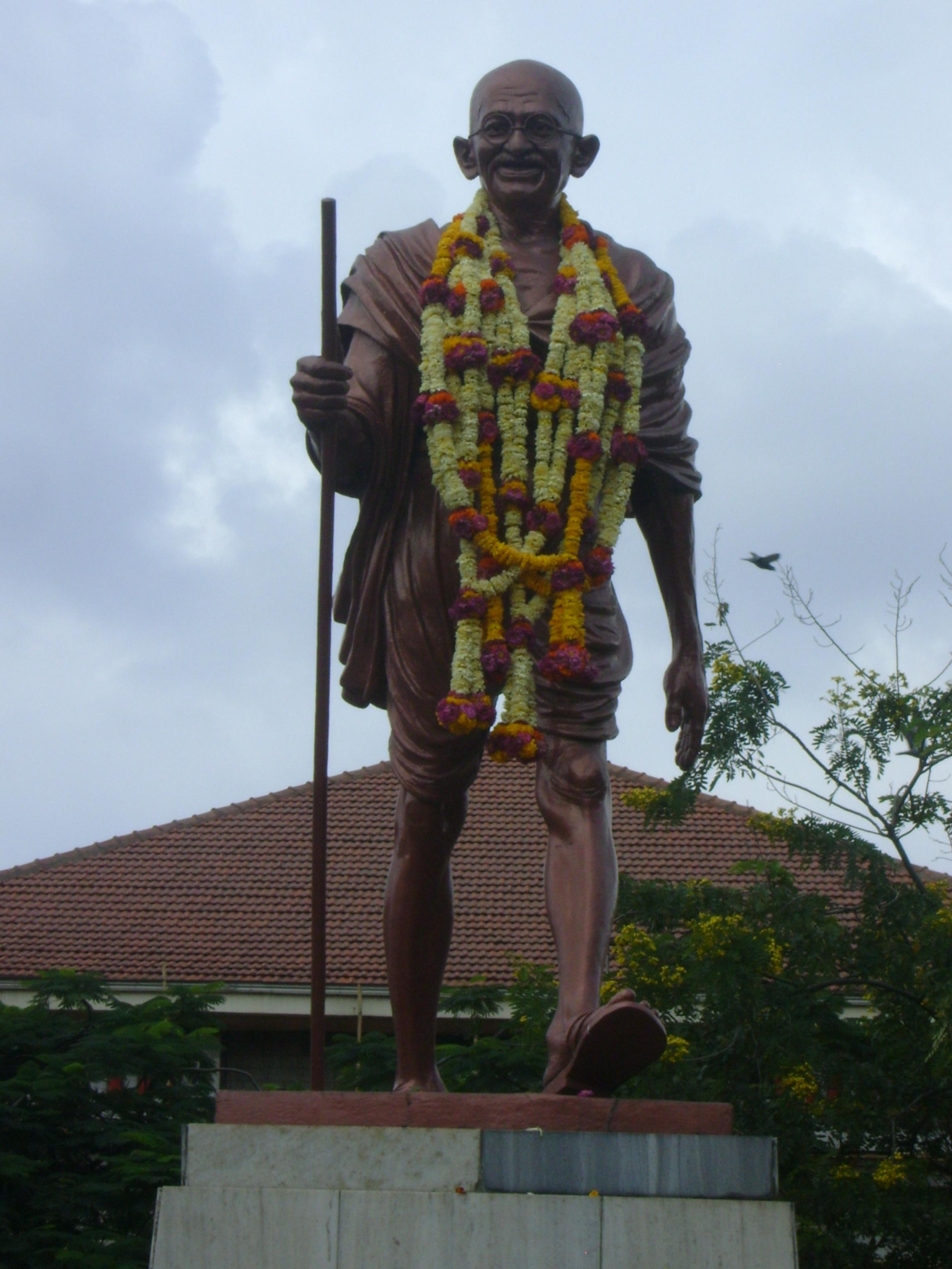 FileStatue of Mahatma Gandhi at Pune Railway Station on
