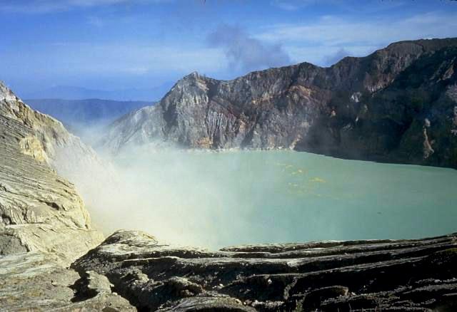 File:Ijen volcano.jpg