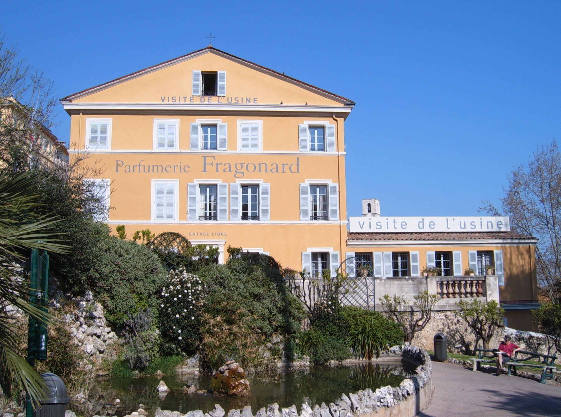 (c) https://i0.wp.com/upload.wikimedia.org/wikipedia/commons/7/7b/Parfumerie_Fragonard_Grasse.jpg